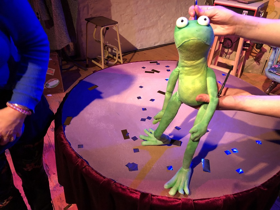 Kneehigh Theatre frog puppet